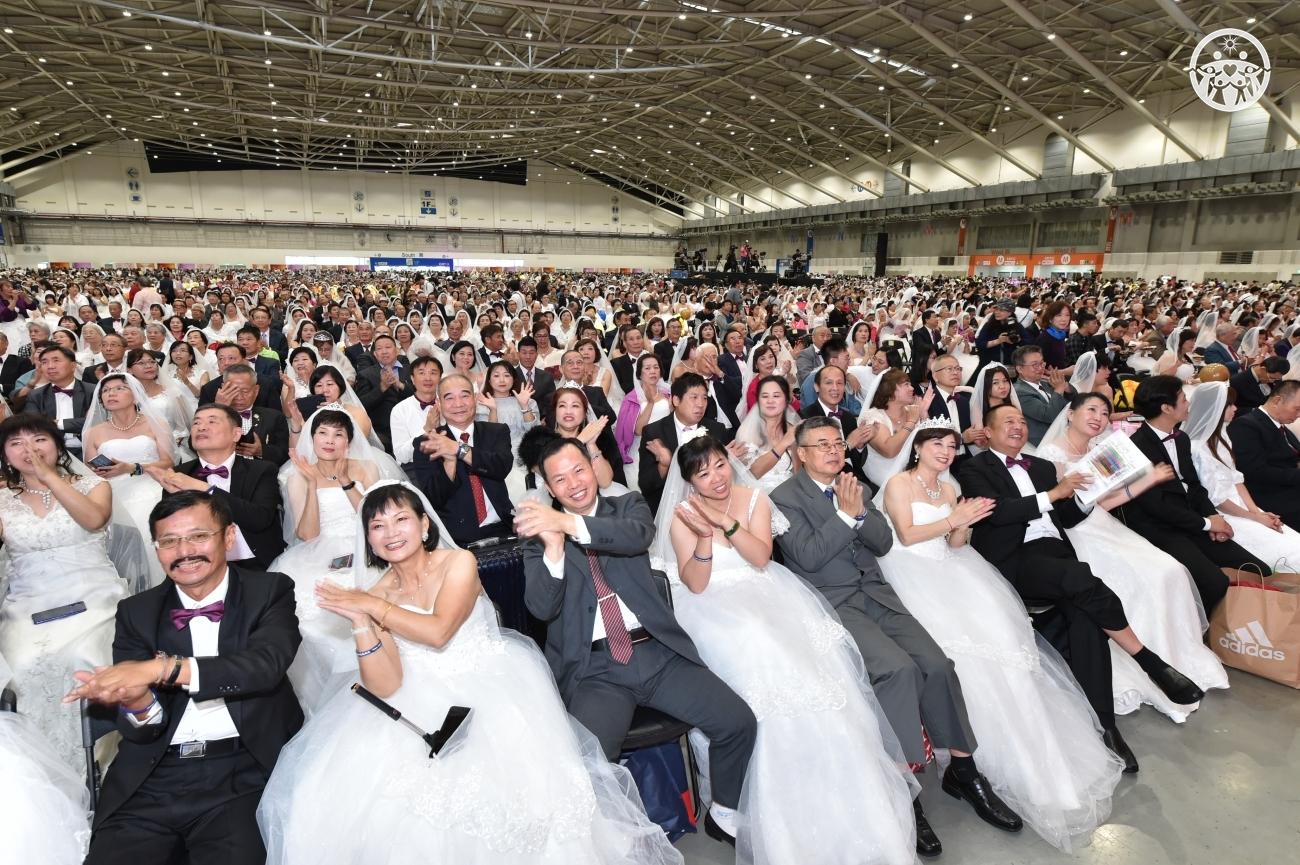 평화는 가정으로부터 주제로 열린 '대만 효정문화축복축제'에 참석한 7000쌍 신랑신부들.JPG